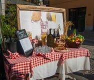 Typisch Italiaans die voedsel buiten een restaurant met dagelijks m wordt blootgesteld royalty-vrije stock fotografie