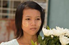 Typisch Mynmar-meisje met Tanaka-poeder op haar gezicht royalty-vrije stock fotografie