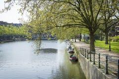 Typisch Nederlands kanaallandschap met water, bomen, gras en boot Royalty-vrije Stock Foto's