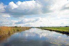 Typisch Nederlands landschap met weiden, water en cloudscapes royalty-vrije stock afbeelding