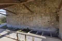 Typisch openbaar was-huis in het middeleeuwse dorp van Monticchiello, Siena, Toscanië, Italië royalty-vrije stock foto