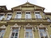 Typisch oud houten woonhuis met gesneden vensters in een provinciale stad in Rusland Royalty-vrije Stock Afbeeldingen
