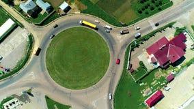 Typisch platteland in Europa, rotonde, verkeer van auto's, s en vrachtwagens die, Lucht geschotene, hoogste mening, van hommel sc stock videobeelden