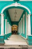 Typisch portiek onder een koloniaal gebouw in Cuba royalty-vrije stock fotografie