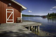 Typisch rood blokhuis in Zweden Stock Foto's
