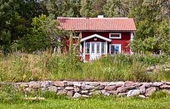 Typisch rood de zomerhuis in Zweden. Stock Fotografie