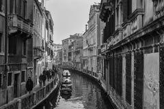 Typisch schilderachtig romantisch Venetiaans kanaal in zwart-wit - Venetië, Italië royalty-vrije stock fotografie