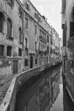 Typisch schilderachtig romantisch Venetiaans kanaal in zwart-wit - Venetië, Italië stock foto