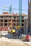 Typisch Spaans bouwterrein met half gebouwde bezit en kraan Stock Fotografie