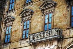 Typisch Toscaans balkon in een geel gebouw royalty-vrije stock foto