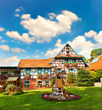 Typisch traditioneel huis met bloementuin Royalty-vrije Stock Fotografie