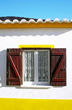 Typisch venster met blinden Stock Afbeeldingen