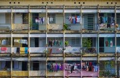 Typisch von den alten Wohngebäuden mit Eindrucksszene der Zementwand, Block Stockbilder