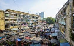 Typisch von den alten Wohngebäuden mit Eindrucksszene der Zementwand, des Block Downgrade und des Straßenmarkt, das unten steht Lizenzfreie Stockfotos