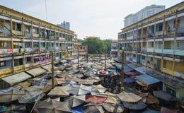 Typisch von den alten Wohngebäuden mit Eindrucksszene der Zementwand, des Block Downgrade und des Straßenmarkt, das unten steht Stockbild