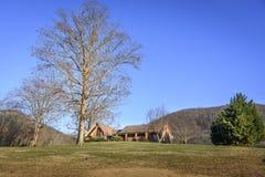 Typisch zuidelijk huis in mooi platteland op zuidelijke Verenigde Staten Stock Afbeelding