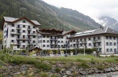 Typisch Zwitsers architecturaal landschap met de erachter bergen royalty-vrije stock foto