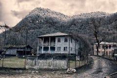 Typische alte Familienhäuser in den Dörfern von Abchasien in den Bergen Lizenzfreie Stockfotos