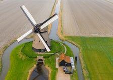 Typische alte niederländische Windmühle mit Feldern von oben lizenzfreies stockbild