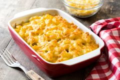 Typische Amerikaanse macaroni en kaas op houten lijst stock afbeeldingen