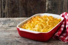 Typische Amerikaanse macaroni en kaas op houten lijst stock foto