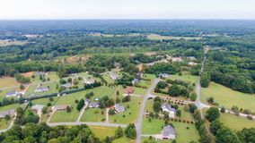 Typische amerikanische Landunterteilungs-Nachbarschaftsantenne stockfotos
