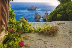 Typische Anlagen und Seeansicht in Griechenland, Korfu-Insel stockbilder