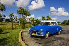 Typische Ansicht des klassischen blauen amerikanischen Autos auf Kuba stockbild