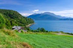 Typische Ansicht vom norwegischen Dorf Lizenzfreie Stockfotos