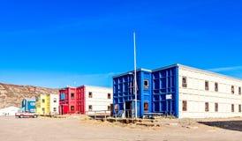Typische arktische Straße mit Block von lebenden Häusern in der Tundra, Kan Lizenzfreies Stockfoto
