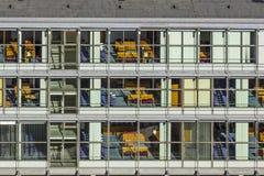 Typische Bürofassade in der Art des letzten Jahrhunderts in Bonn, die Form Lizenzfreie Stockbilder