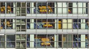 Typische Bürofassade in der Art des letzten Jahrhunderts in Bonn, die Form Stockfotografie