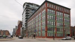 Typische bewölkte moderne Wohnung oder Bürogebäude in einer Großstadt stock video