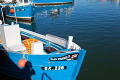 Typische blaue Fischerboote in Seahouses-Hafen Lizenzfreie Stockfotos
