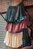 Typische Bolivianerröcke und lokale Kleider, Copacabana - Bolivien lizenzfreie stockbilder