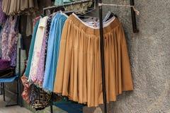 Typische Bolivianerröcke und lokale Kleider, Copacabana - Bolivien lizenzfreie stockfotos