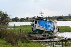 Typische Boote von Amazonas, Fluss Solimões, Stadtbezirk von Iranduba stockbilder