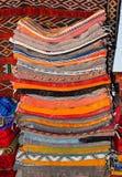Typische bunte marokkanische Berberteppiche in Medina von Fez, Marokko stockfoto