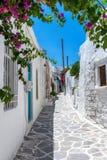 Typische cycladic Gasse im Dorf von Insel Parikia Paros stockbild