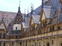 Typische Dächer bedeckt mit den lackierten und Farbfliesen von Burgunder Stockfotos