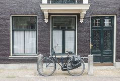 Typische de straatmening van Amsterdam in Nederland met oude deuren en vensters en uitstekende fiets royalty-vrije stock fotografie