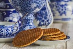 Typische eigengemaakte stroopwafel van Nederland, witte en blauwe Del stock afbeeldingen