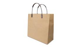 Typische Einkaufstasche des braunen Papiers getrennt auf Weiß Stockbild