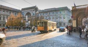 Typische elektrische tram die voor het stadhuis van Milaan rolt royalty-vrije stock foto's