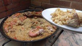 Typische en traditionele Spaanse die paella op een schotel wordt gediend stock videobeelden