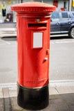 Typische Engelse brievenbus op een straat in Engeland Stock Afbeeldingen