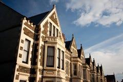 Typische Engelse huizen, blauwe hemel. stock foto's