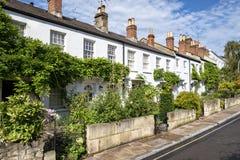 Typische englische Reihe von terassenförmig angelegten Häuschen stockfoto