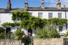 Typische englische Reihe von terassenförmig angelegten Häuschen lizenzfreie stockfotografie