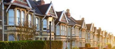 Typische englische Reihenhäuser in Bristol bei Sonnenaufgang lizenzfreie stockfotos